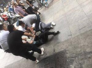 """歹徒银行门口抢钱!温州国泰保安员老姜""""一脚""""救下被抢老人"""